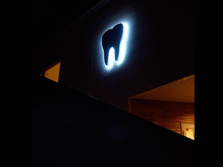 歯科医院 LEDバックライト 施工実績1