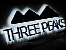 アウトドア用品・スポーツ用品 THREE PEAKS様 LEDバックライト文字 施工実績