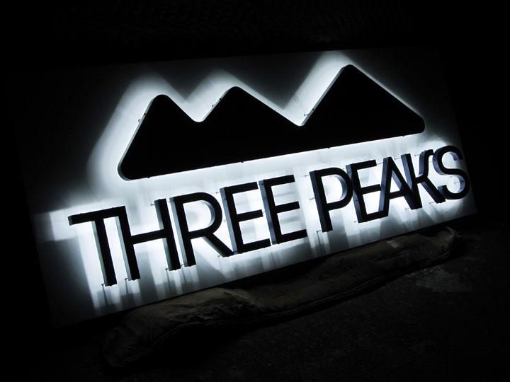 アウトドア用品・スポーツ用品 THREE PEAKS様 LEDバックライト文字 施工実績1