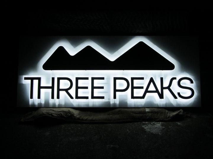 アウトドア用品・スポーツ用品 THREE PEAKS様 LEDバックライト文字 施工実績3